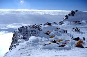 McKinley di ketinggian 17.200 kaki dari jalur Buttress Barat, oleh Bradford Washburn, photographed in 2001